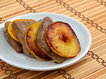Liver slices with apples