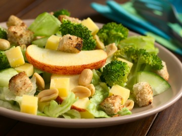 Apple-broccoli salad with sweet pepper